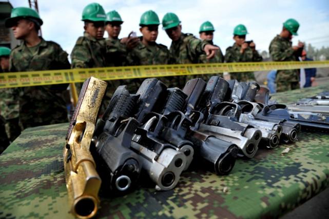 L'armée colombienne a étalé les 9517 armes saisies... (Photo: AFP)