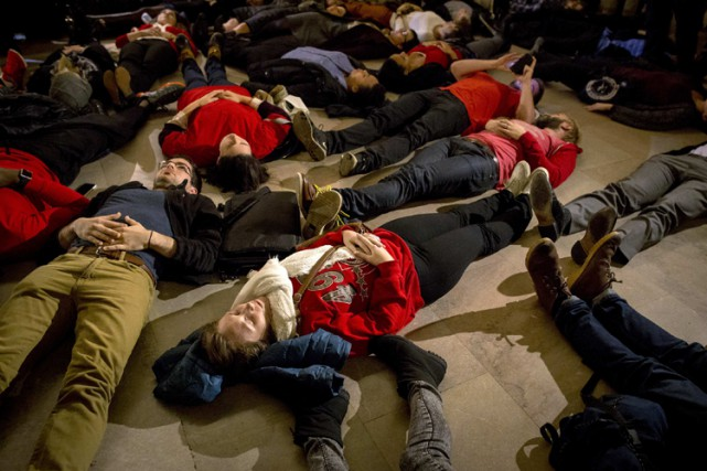 Des manifestants ont organisé un «die-in» à la... (Photo: Reuters)