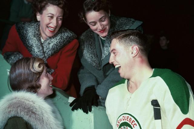 Jean Béliveau discute avec quelques admiratrices alors qu'il... (Photo fournie par le Temple de la Renommée du Hockey)