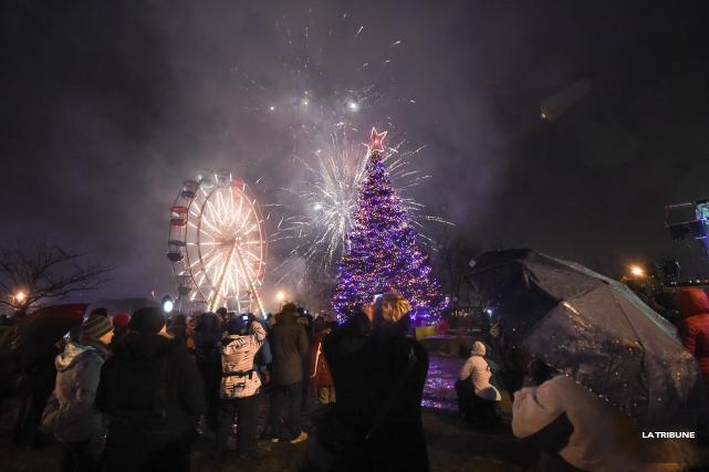 L'arbre de Noël du Marché de la gare est illuminé! Mercredi soir, un peu avant... (Imacom, René Marquis)