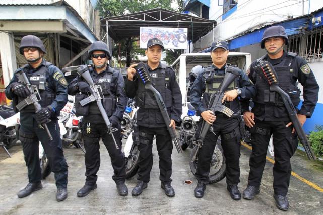 Des membres de l'unité SWAT de la police... (PHOTO ROMEO RANOCO, ARCHIVES REUTERS)