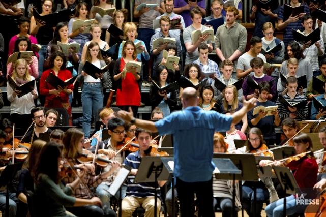 Le chef d'orchestre Jean-François Rivest dirige une répétition... (Photo: Alain Roberge, La Presse)