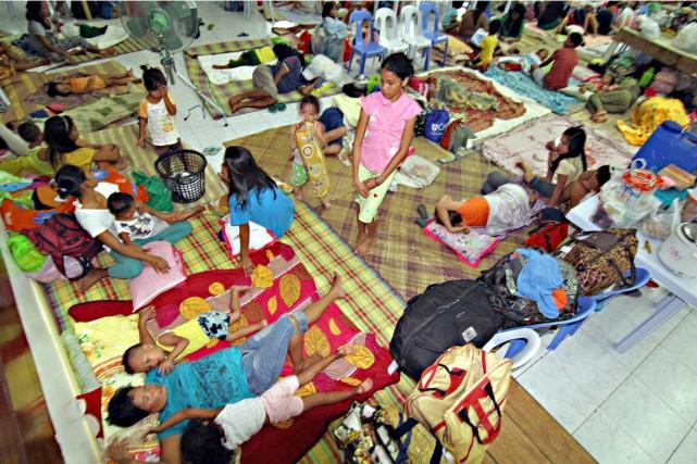 Des résidants de la ville de Surigao, sur... (PHOTO AFP)