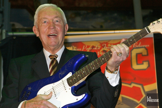 Jean Béliveau, en 2008, tenant une guitare que le groupe Simple Plan... (PHOTO ROBERT MAILLOUX, ARCHIVES LA PRESSE)