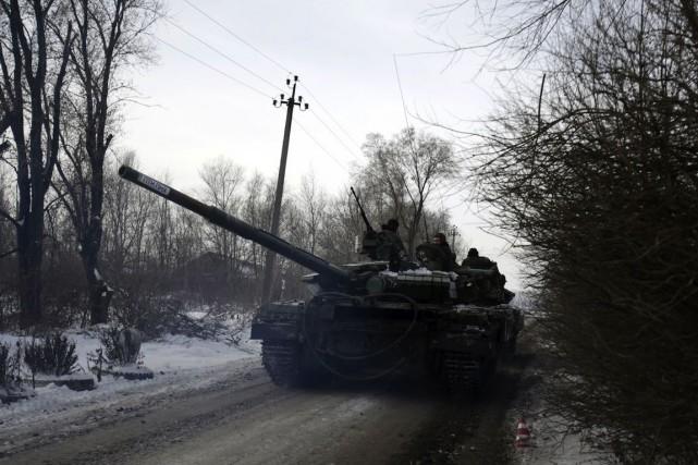 Un char de combat ukrainien se déplace non... (PHOTO ANATOLII STEPANOV, AFP)