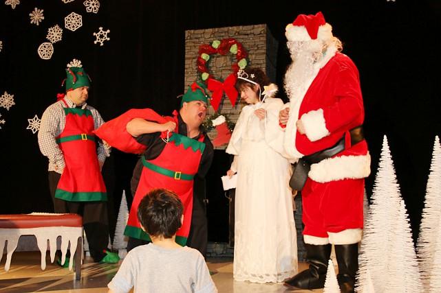 Le père Noël a rendu visite récemment aux membres de l'Association pour... (Photo fournie par l'AISQ)