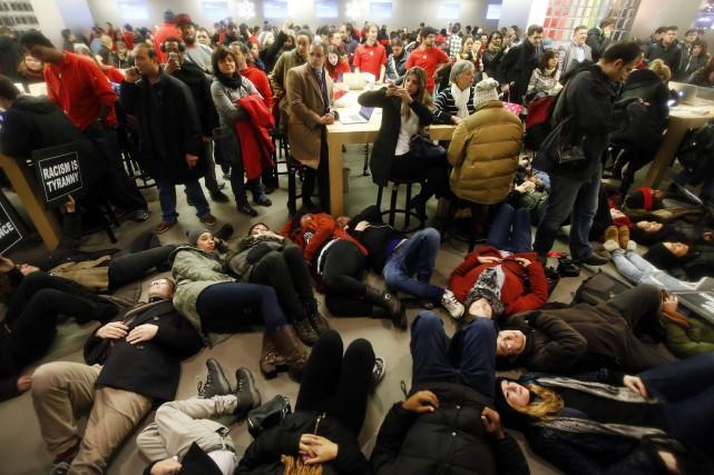 Avec la multiplication des bavures policières à l'encontre de Noirs américains... (Photo AP)