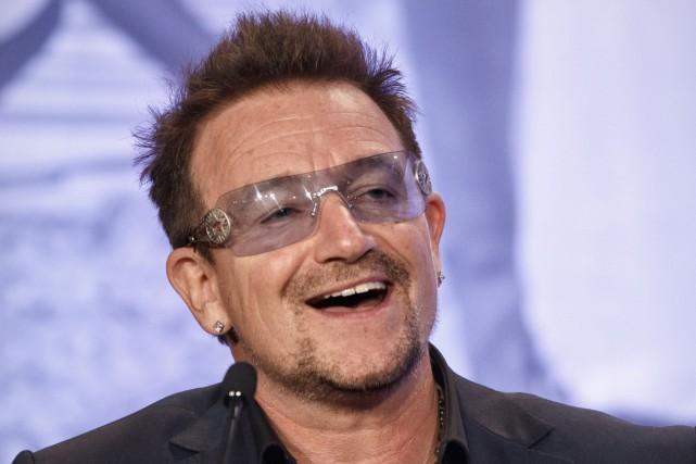 Le chanteur du groupe irlandais U2Bono est tombé... (Photo archives AP)
