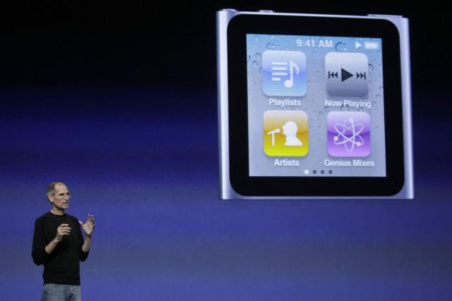 Steve Jobs lors de la présentation du iPod... (Photo archives AP)