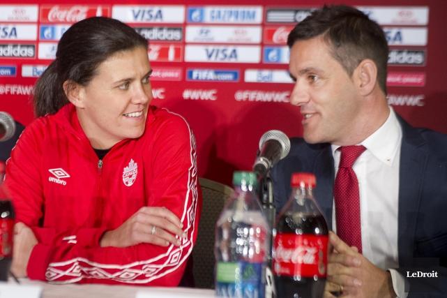 La joueuse canadienne Christine Sinclair et son entraîneur... (Martin Roy, LeDroit)