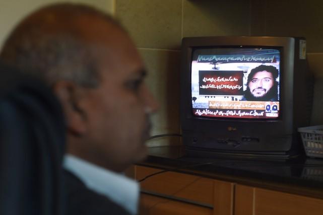 Un homme rgarde la télévision où la mort... (PHOTO FAROOQ NAEEM, AFP)