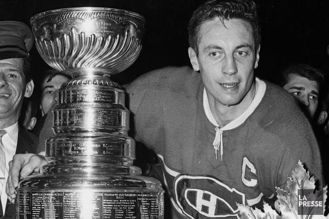 Jean Béliveau avec la Coupe Stanley en 1965.... (Photo Michel Gravel, archives La Presse)