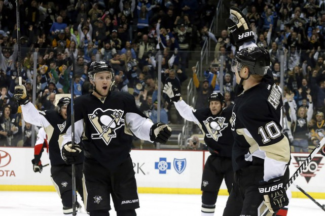 Christian Ehrhoff (10) célèbre son but avec Nick Spaling.... (PHOTO CHARLES LECLAIRE, USA TODAY)