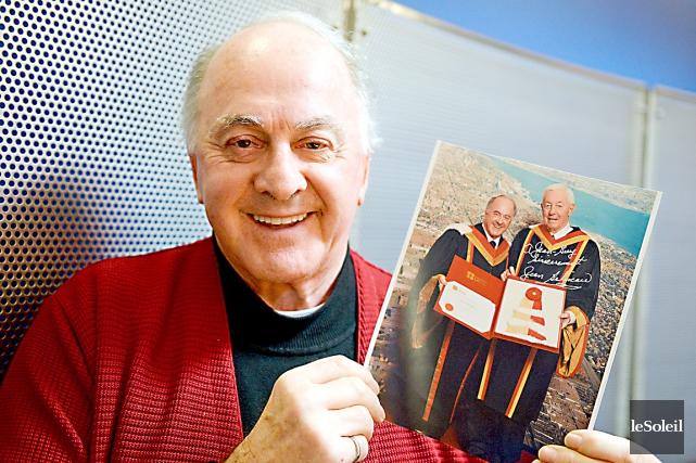 L'ancien recteur de l'Université Laval Jean-Guy Paquet montre... (Le Soleil, Erick Labbé)
