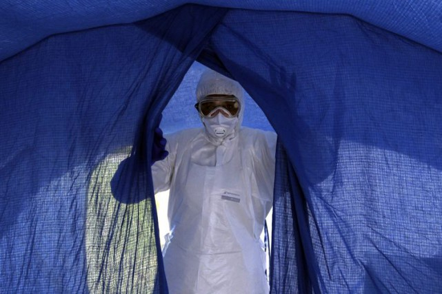 Douze médecins au total ont contracté Ebola en... (Photo archives AP)