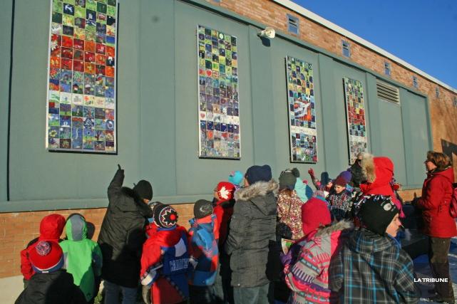 Malgré un vent glacial, les élèves, enseignants, parents... (La Tribune, Maryse Carbonneau)