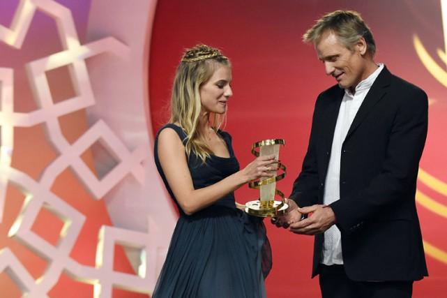 Viggo Mortensena reçu son «Étoile» des mains de... (Photo: AFP)