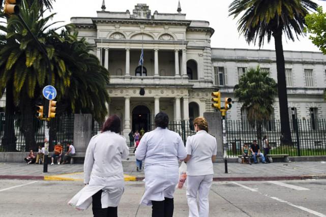 Trois docteurs entrent dans un hôpital militaire à... (Photo: AP)