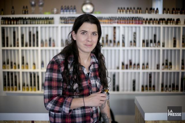 Geneviève Mecteau, une des propriétaires de Vapbox, une... (PHOTO DAVID BOILY, LA PRESSE)
