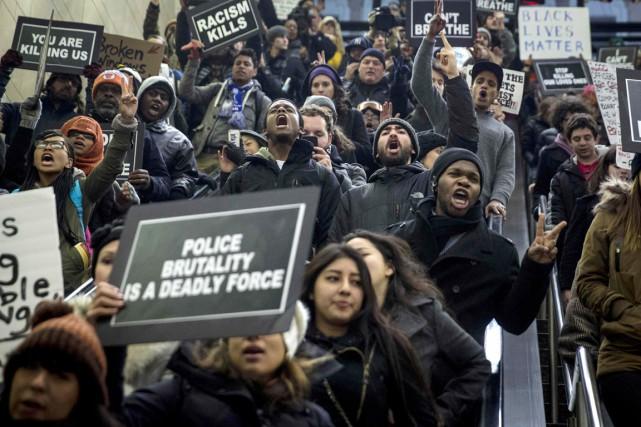 Des centaines de personnes se sont rassemblées à... (PHOTO ANDREW KELLY, REUTERS)