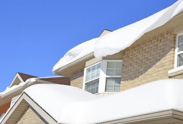 Une maison au toit surchargé lancera d'abord des... (PHOTO THINKSTOCK)