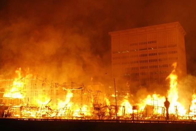 Aucune victime n'a été signalée, mais les flammes... (PHOTO LOS ANGELES TIMES)