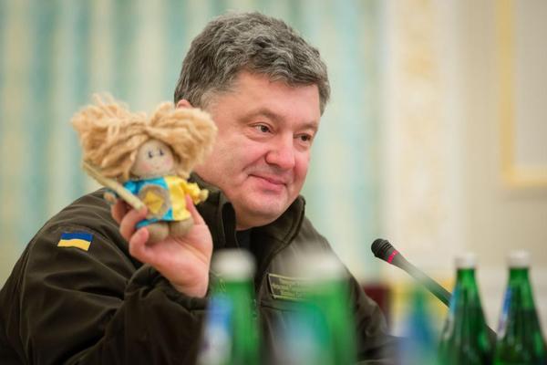 Le président ukrainien Petro Porochenko et sa poupée.... (PHOTO TIRÉE DE TWITTER)