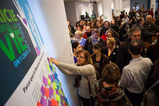 Les participants à la manifestation signent de leur... (Photo: Olivier Croteau)