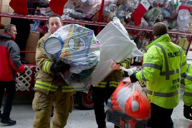 L'Association des pompiers d'Ottawaa livré des jouets aux enfants moins... (Martin Roy, LeDroit)