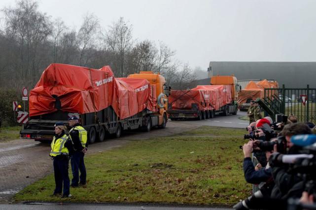 Huit camions transportant des débris du volMH17sont arrivés... (PHOTO ANP ROBIN VAN LONKHUIJSEN, AFP)