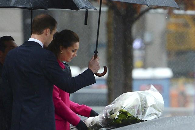 Sous une pluie glacée, William et Kate abrités... (PHOTO ROBERT SABO, AP)