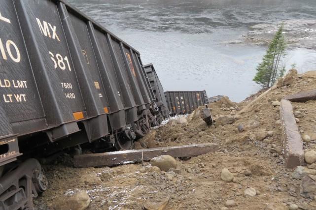 Le levage des locomotives, pesant 200 tonnes chacune,... (Bureau de la sécurité des transports)