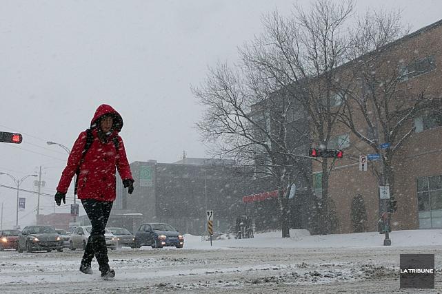 Les conditions météo annoncées pour les prochaines heures mettent les gens de... (Archives La Tribune, René Marquis)