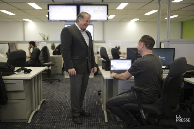 Le PDG deMediagrif, Claude Roy, discute avec un... (PHOTO MARTIN CHAMBERLAND, LA PRESSE)