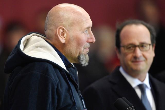 Serge Lazarevic au côté du président Hollande (en... (PHOTO MARTIN BUREAU, AFP)