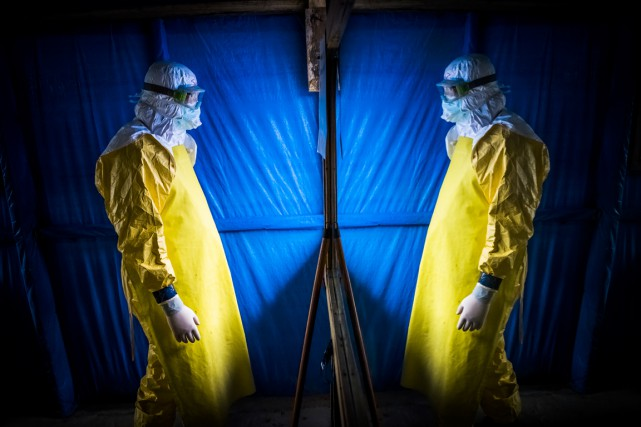Les personnels médicaux luttant contre l'Ebola reçoivent le... (PHOTO DANIEL BEREHULAK, ARCHIVES THE NEW YORK TIMES)