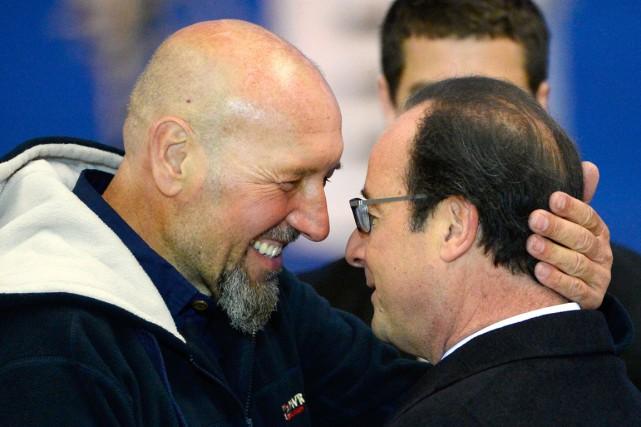 L'ex-otage Serge Lazarevic serre le président François Hollande... (PHOTO BERTRAND GUAY, AFP)