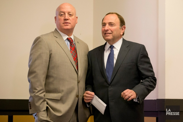 Le commissaire de la LNH Gary Bettman (à... (Photo Wilfredo Lee, archives AP)