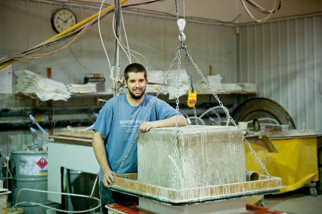 David Douillard est préposé à l'injection de matériaux... (Photo fournie par Fibre de verre Sherbrooke)