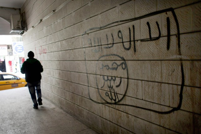 Un graffiti représentant le drapeau du groupe armé... (PHOTO NASSER NASSER, ARCHIVES AP)