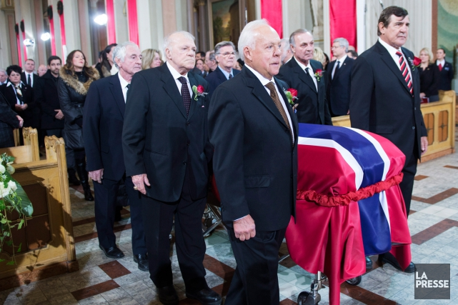 Le cercueil de Jean Béliveau a été porté... (Photo Paul Chiasson, La Presse Canadienne)