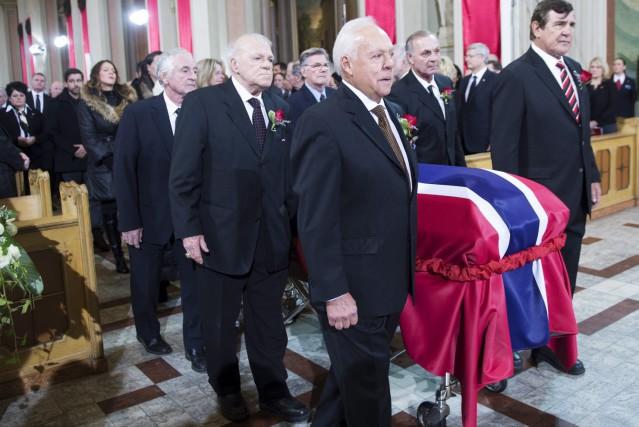 Les porteurs du cercueil de Jean Béliveau sont... (La Presse Canadienne, Paul Chiasson)