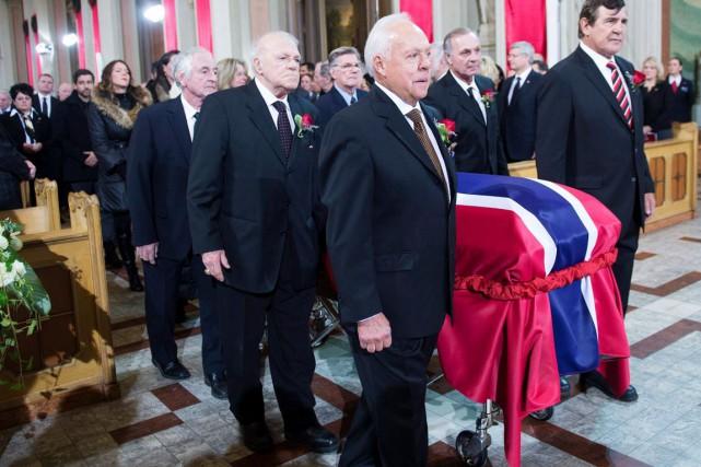 Le cercueil de Jean Béliveau a été porté... (Paul Chiasson, La Presse Canadienne)