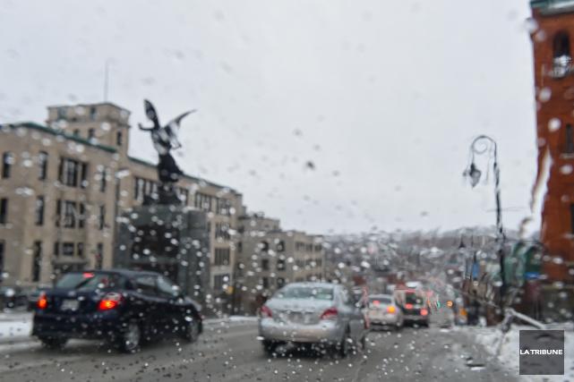 Les conditions routières se sont détériorées au cours des dernières heures sur... (Imacom, René Marquis)