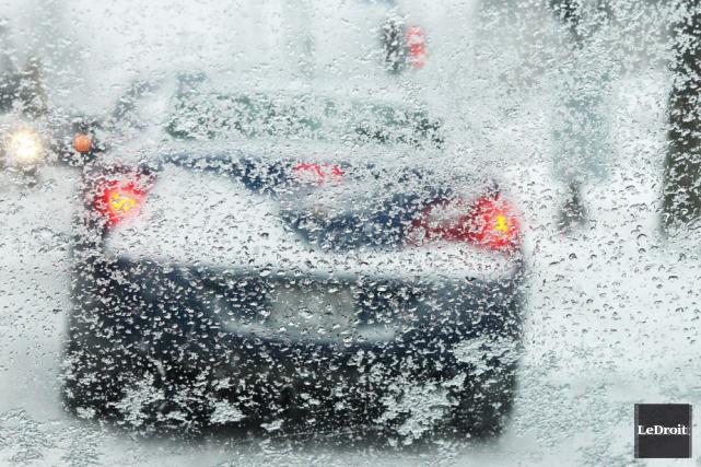 L'heure de pointe du matin s'est avérée très difficile sur les routes, jeudi... (PATRICK WOODBURY, ARCHIVES LEDROIT)