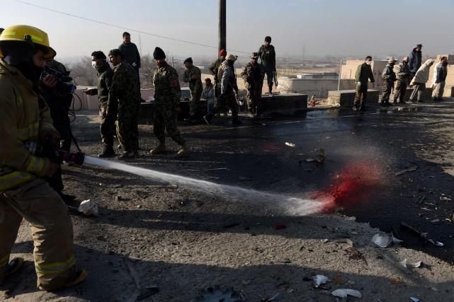 Cet attentat suicide des talibans contre un autobus... (PHOTO SHAH MARAI, AFP)