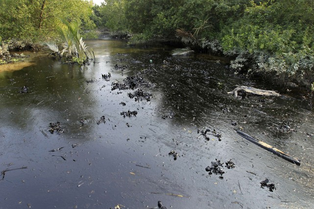Le pétrolier a coulé dans la rivière Shela,... (Photo AFP)
