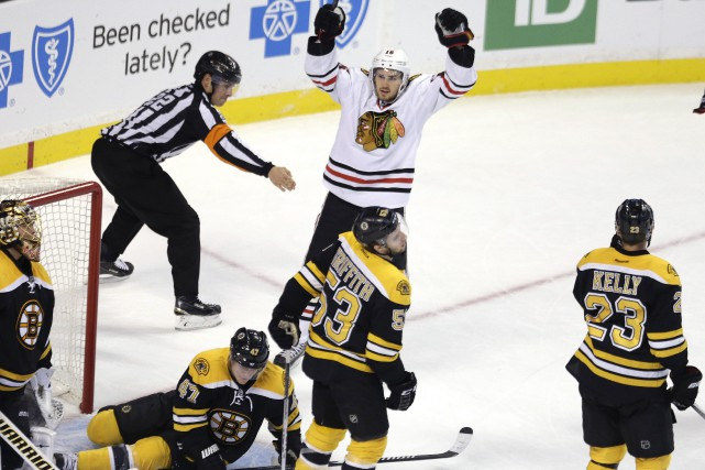 Ben Smith a obtenu une passe sur le premier filet des Blackhawks de Chicago et... (Photo Charles Krupa, AP)