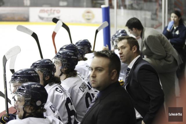 L'entraîneur-chef David Lapierre (au centre) purgera le deuxième... (photo archives La Voix de l'Est)