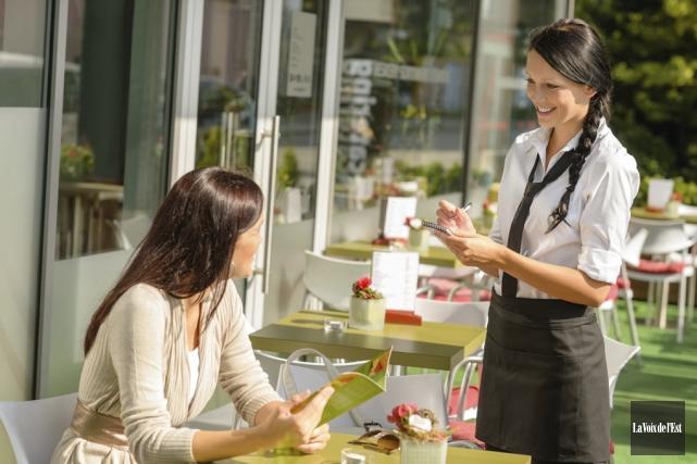 Le salaire horaire des employés à pourboire augmentera... (photo archives La Voix de l'Est)